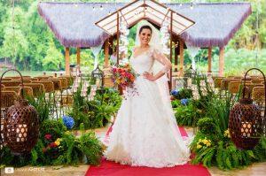 casamento ao ar livre, noiva na nave em frente ao templo