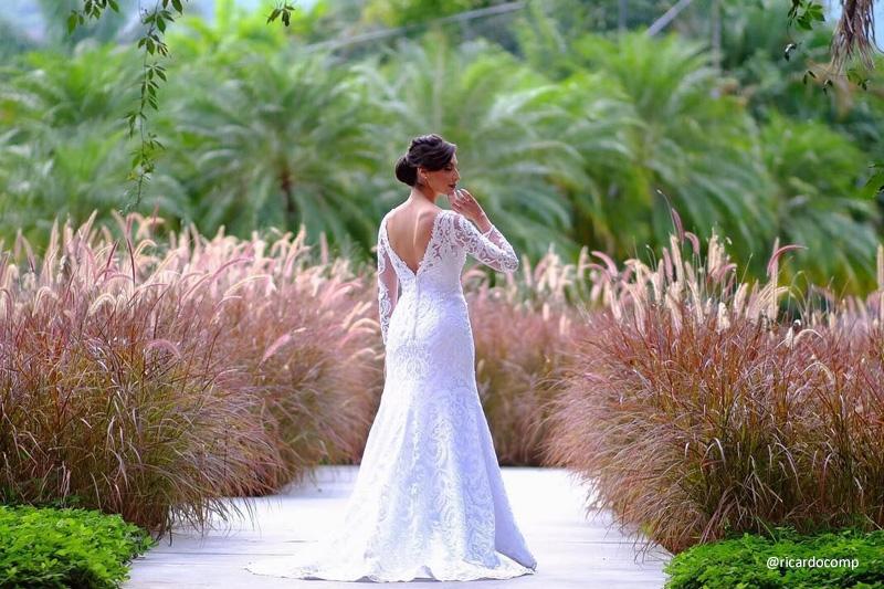 Noiva em foto de casamento ao ar livre com capim texano