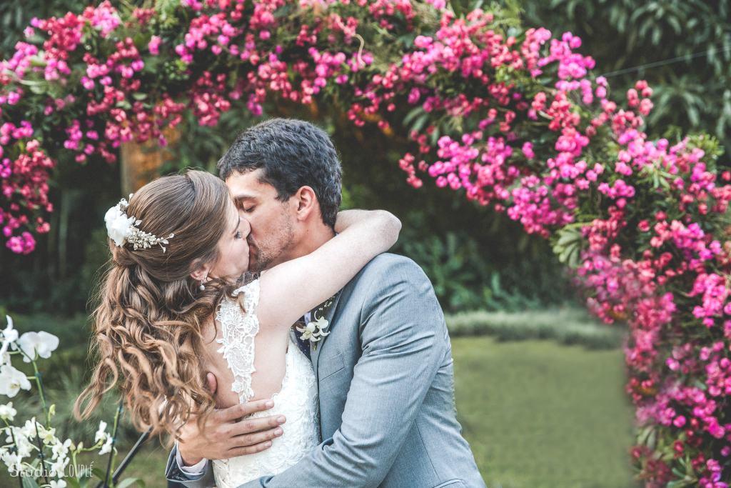 O beijo dos noivos - casamento no jardim de Gabriela e Pedro