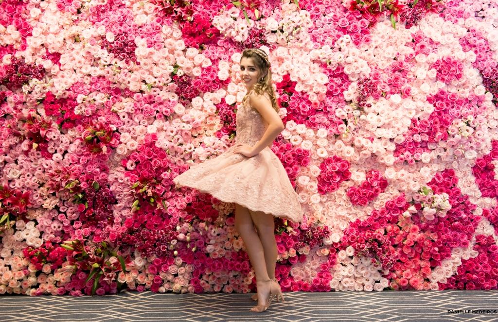 festa de 15 anos rosa foto da debutante no muro de flores